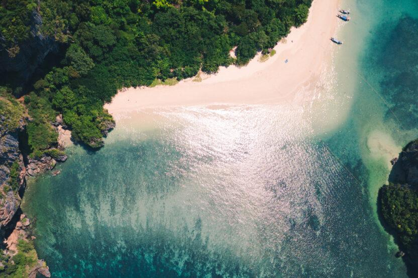 Ansicht von oben auf eine Bucht in Thailand