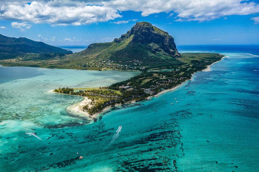 Verschiedene Blautöne des Meeres auf Mauritius