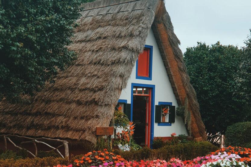 Stadt Santana mit typischen Häusern auf Madeira