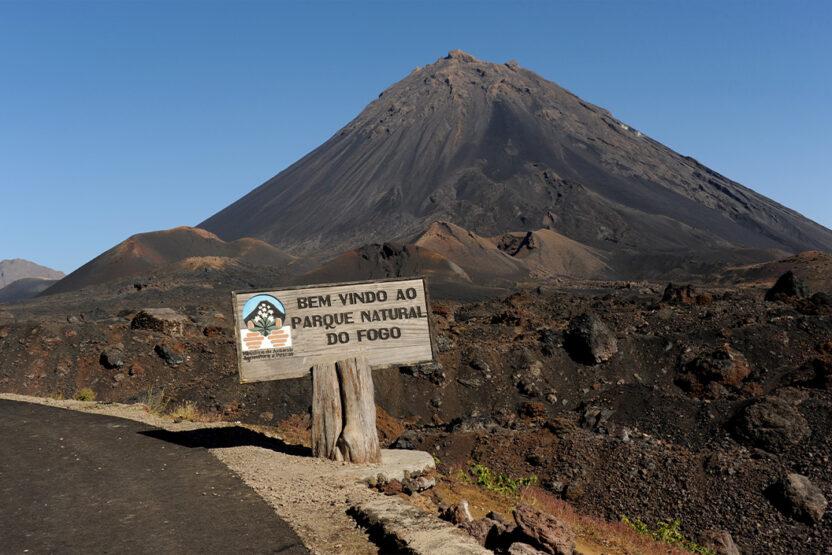 Le Pico do Fogo, pic de feu, au Cap-Vert, est un volcan en sommeil.
