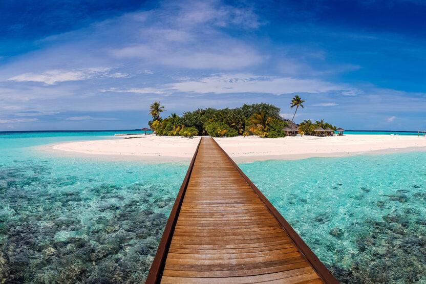 Steg der zu einer Insel auf den Malediven führt