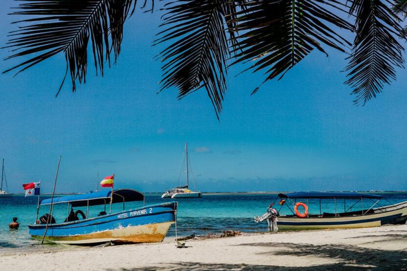 Bunte Boote an einem einsamen Strand von Panama