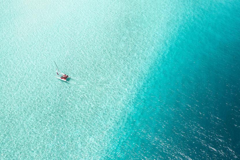 Segelboot von oben auf den Malediven