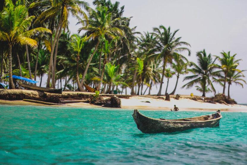 Strand mit einem Fischerboot in Panama