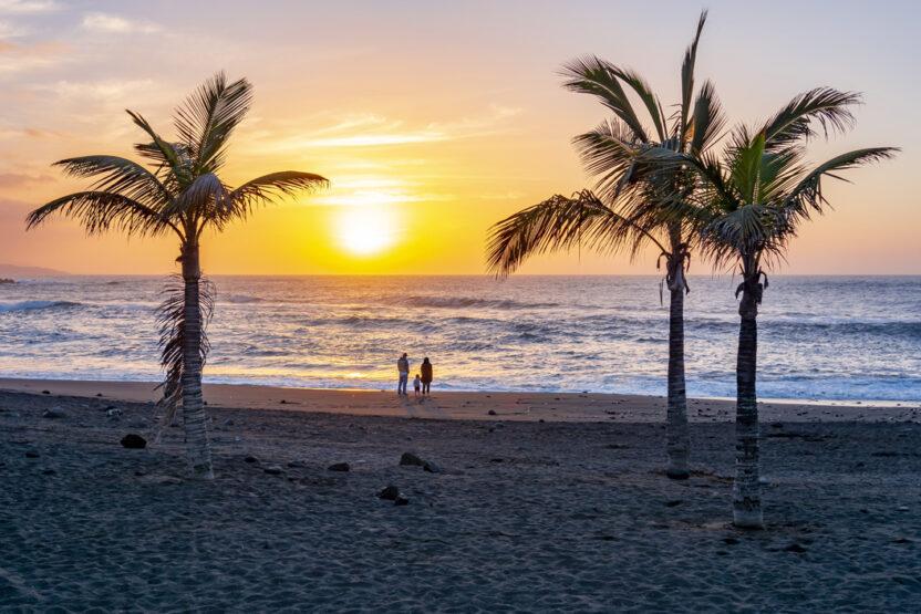 Coucher de soleil sur la plage de rêve de Tenerife