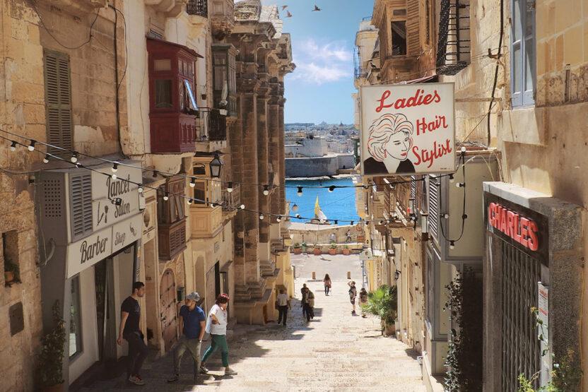 Kleine Gasse mit Blick auf das Meer in Valletta