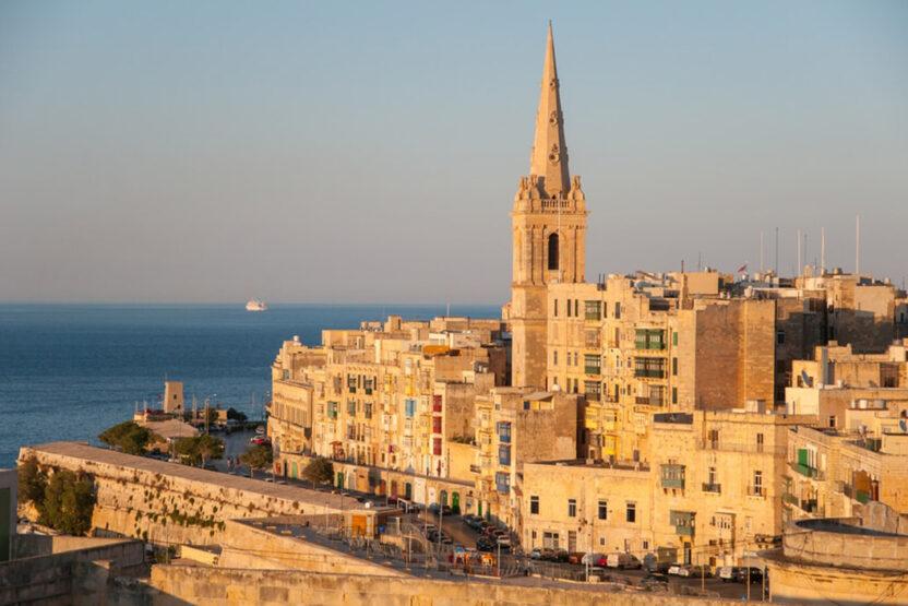 Blick auf die Altstadt in Valletta und das Meer