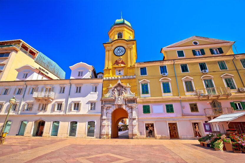 Korzo à Rijeka avec l'emblème de Rijeka