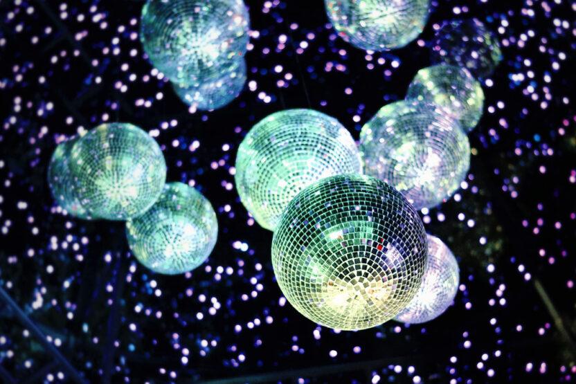 Discokugel in einer Disco an Silvester