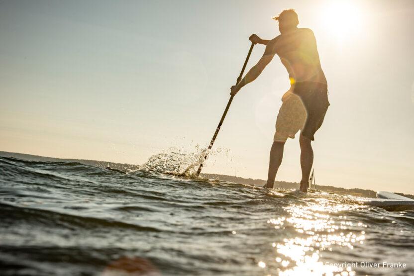 SUP am Strand in Glücksburg ausprobieren bei einem Urlaub an der Ostsee