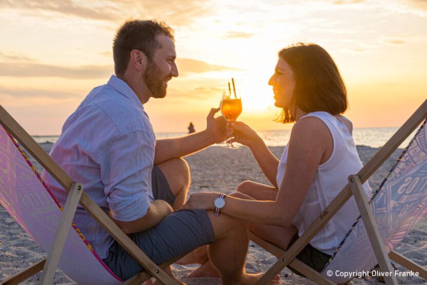 Beach-Lounge in Heiligenhafen - gemeinsam Anstoßen bei einem Urlaub an der Ostsee