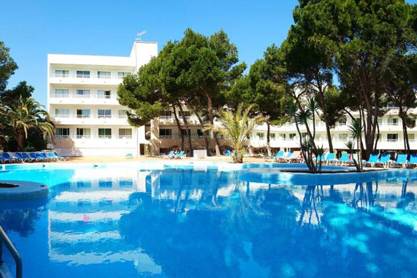 Poolbereich im Hotel S'Entrador Playa