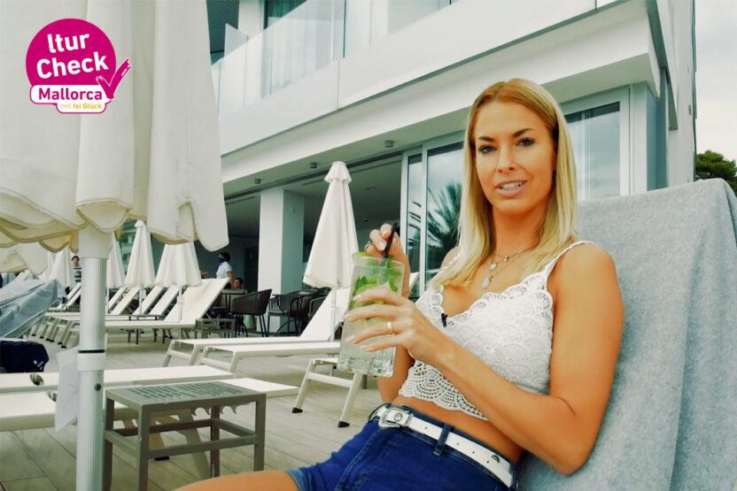 Ein Cocktail am Pool