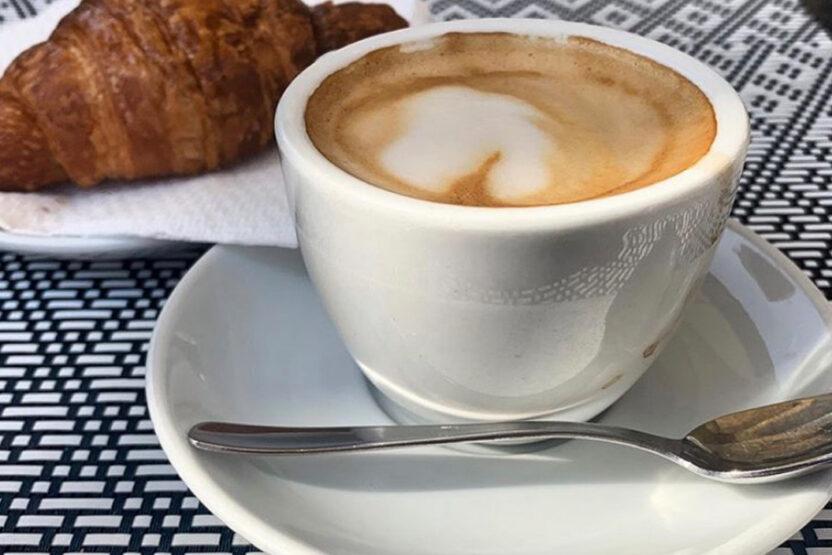 Frühstück wie die Einheimischen mit Cornetto und Cappuccino
