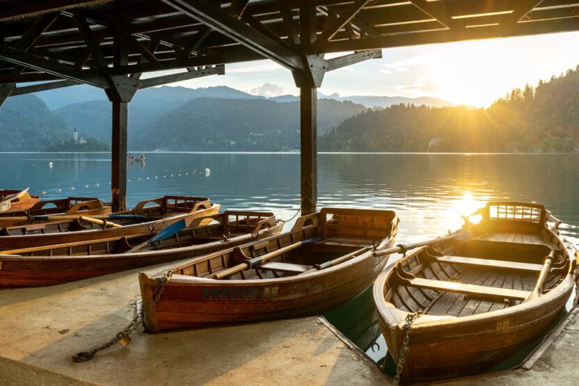 Boot fahren auf den schönen Seen Sloweniens